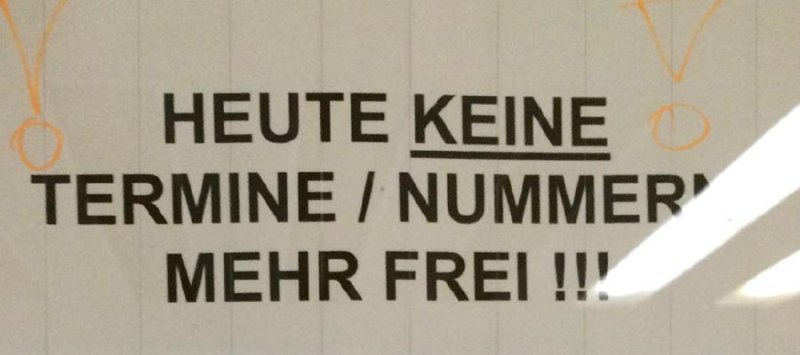Überfüllte Bürgerämter und stundenlange Wartezeiten sind keine Seltenheit in Berlin. In den Sommermonaten verschärft sich durch Urlaub die Lage erfahrungsgemäß. In diesem Jahr kommen noch die Vorbereitungen für die Berliner Wahlen am 18. September hinzu. Hinzukommen die Ummeldungen für den neuen Personalausweis. Teilweise sind die Wartenummern für den ganzen Tag schon kurz nach Öffnung der Ämter vergeben. Die Situation ist derart angespannt, dass mittlerweile ganze Bürgerämter schließen müssen. Als eines der ersten Ämter musste nun das Bürgeramt in Mahlsdorf schließen.