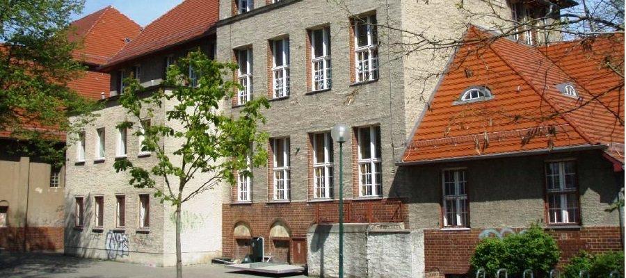 Im Rahmen der Informationsveranstaltung am 20.01.2016 wurde vom Bezirksamt angekündigt, dass das Vergabeverfahren für Instandsetzungsmaßnahmen des Schulgebäudes der Achard-Grundschule bereits begonnen wurde.