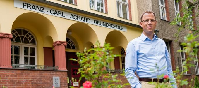 Mario Czaja (CDU) vor der Franz-Carl-Achard-Grundschule in Kaulsdorf