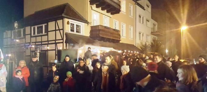 Am vergangenen Samstag fand in Mahlsdorf der bereits zur guten Tradition gewordene Adventsmarkt statt. Zahlreiche Familien aus unserem Kiez nutzten den Nachmittag für einen kleinen Ausflug in die Fritz-Reuter-Straße.