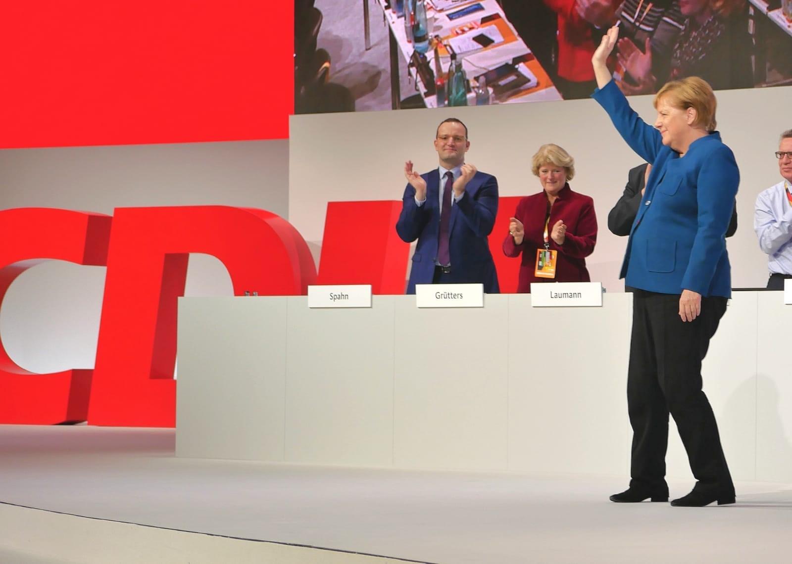 Ein historischer Parteitag neigt sich dem Ende zu. Angela Merkel verlässt nach 18 Jahren die Spitze der Partei. Ich habe im zweiten Wahlgang für eine(n) neue(n) Vorsitzende Friedrich Merz gewählt. Wie Sie wissen, gewann Annegret Kramp-Karrenbauer knapp. Mit ihr gilt es jetzt den Erneuerungsprozess mutig anzugehen.