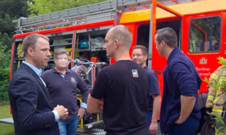 Irgendein Landesgrundstück ist für unsere Feuerwehr nicht genug. Die Freiwillige Feuerwehr muss bei der Grundstücksauswahl einbezogen werden. Die CDU teilt uneingeschränkt die Forderung der Freiwilligen Feuerwehr einen neuen Standort in der Straße An der Schule zu erhalten.