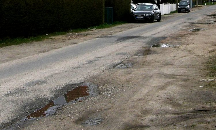 Die vom Senat gewünschte dichtere Bebauung für das Gebiet Bisamstraße hat nun auch Auswirkungen auf die Sanierung der Stralsunder Straße. Die grundhafte Sanierung und die Schaffung neuer Gehwege ist bis auf weiteres zurückgestellt.