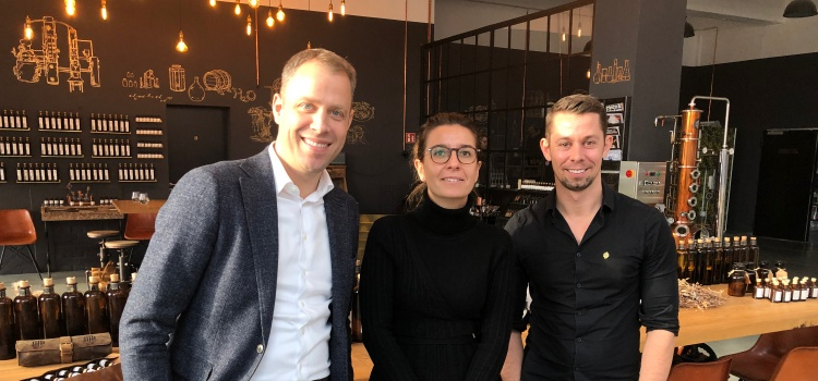 Gestern war ich mit der Bezirksstadträtin Nadja Zivkovic bei der Deutschen Spirituosen Manufaktur (DSM) zu Besuch. Wir trafen uns mit dem Geschäftsführer Tim Müller zu einem Kennenlerngespräch.