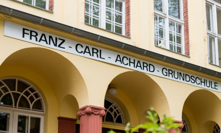 Ich habe den Senat zum aktuellen Stand für die Sanierung der Franz-Carl-Achard-Grundschule befragt. 5 1/2 Jahre soll dies noch dauern und mit einer Auslagerung von Klassen nach Biesdorf einhergehen.