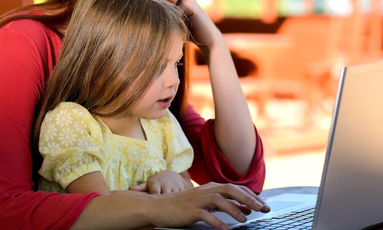 Mich erreichen in den letzten Wochen viele Mails von Eltern, die sich um die Frage sorgen, wie sich der Schulwechsel ihres Kindes von der Grundschule zur weiterführenden Schule gestaltet soll oder dass aufgrund des begrenzten digitalen Ausstattung von einzelnen Schulen der Unterricht zu Hause nicht organisiert werden kann.