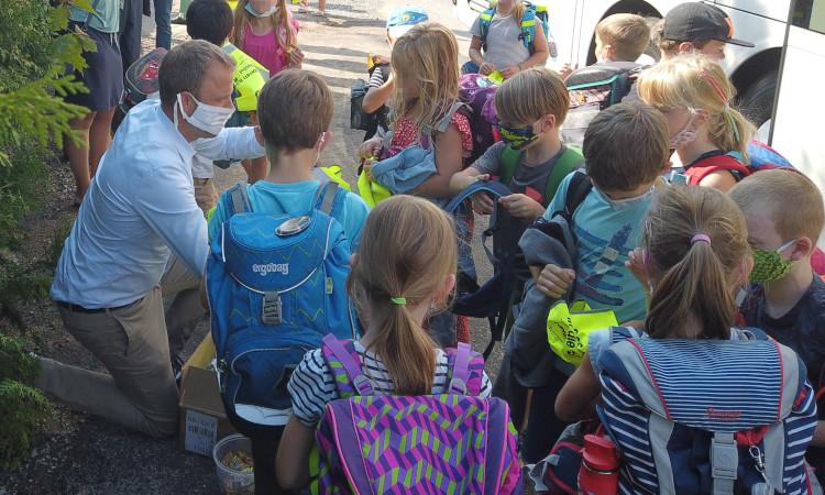 Wegen fehlenden Schulplätzen müssen in keinem anderen Bezirk der Stadt so viele Klassen mit Bussen zu anderen Standorten transportiert werden. Der Schulbau kommt bei uns einfach nicht voran.