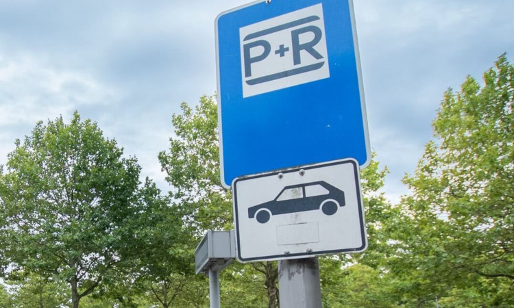 Der Ausbau von Parkplätzen für Autos und Fahrräder an Brandenburger Bahnhöfen hat großes Potenzial, Durchgangsverkehr und Park-Such-Verkehr auch bei uns zu reduzieren. Leider gibt es bisher nur eine Absichtserklärung des Senats und keine konkreten Maßnahmen.