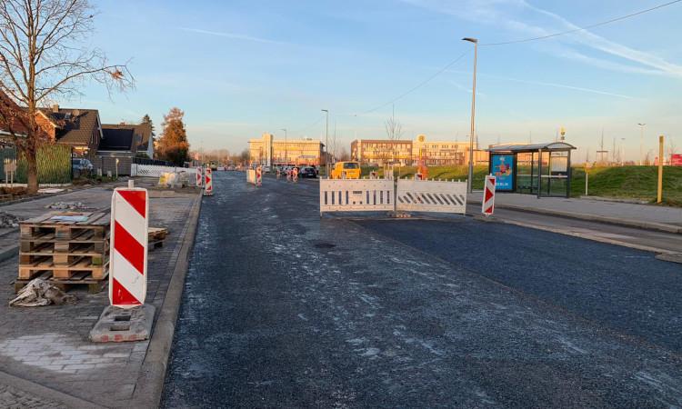 Wer in den letzten Tagen an der Pilgramer Straße in Höhe B1/B5 vorbei kam, wird es bemerkt haben: Ein weiterer Straßenbauabschnitt wurde kürzlich fertiggestellt.