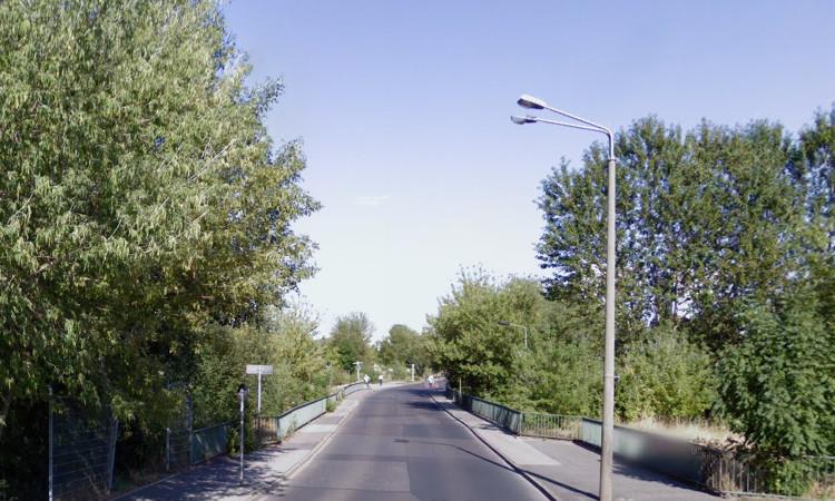 Die Brücke in der Eisenacher Straße wird neugebaut. Für Fuß-/ Radverkehr bedeutet dies: Eine Engstelle kann beseitigt werden. Nun muss es aber schneller gehen.