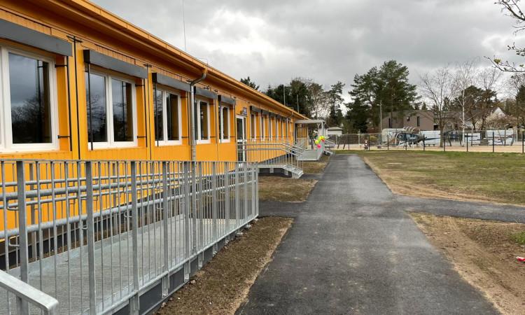Nachdem der Senat einen modularen Ergänzungsbau in der Elsenstraße 2019 gestrichen hatte, musste dringend eine Notlösung für die Kiekemal-Schule einher. Dank des großen Einsatzes der Eltern wurde diese nun endlich eingeweiht.