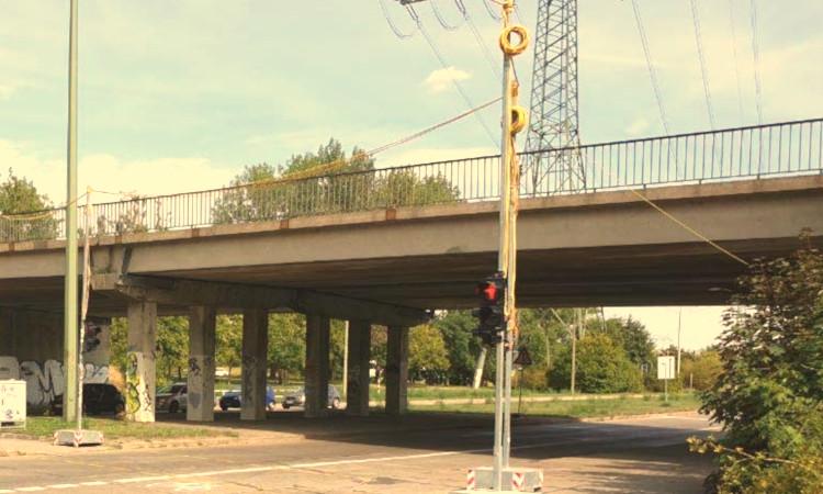 Seit 2018 ist die Wuhletalbrücke (B158) über die Wuhletalstraße gesperrt. Aktuell ist der Abriss der Bestandsbrücke erst für 2022 vorgesehen.